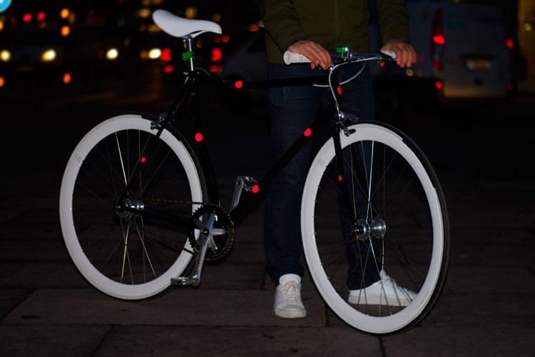 Så här bra syns magnetiska reflexer från Bookman när de sitter på en cykel. Magnetic Reflectors kostar bara 9 euro hos Bookman.