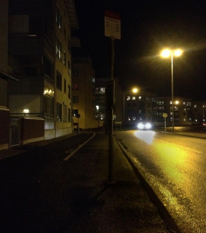 En stolpe som är näst intill osynlig så fort det blir mörkt. Men Jönköpings kommun bryr sig inte alls om cyklisters säkerhet.